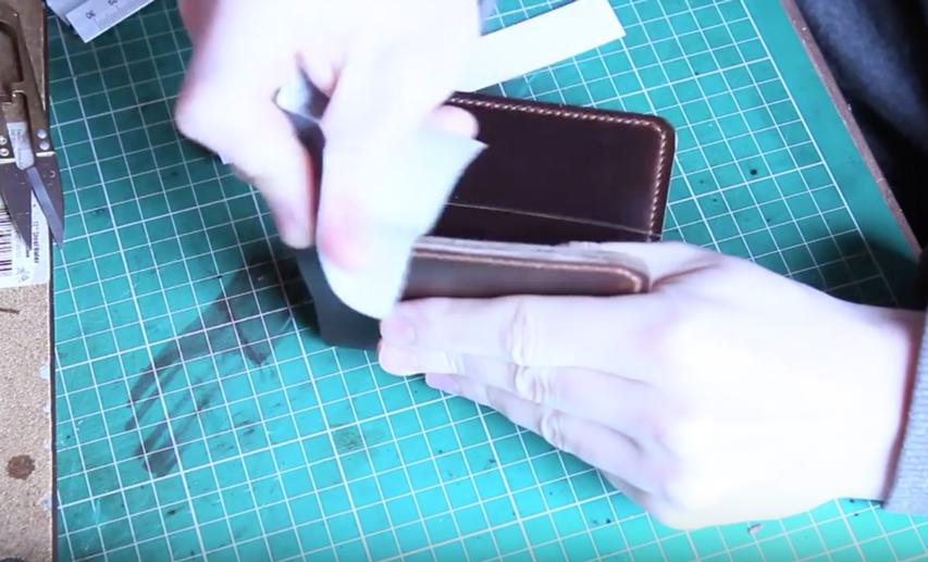 Sử dụng giấy nhám đánh phẳng các cạnh da