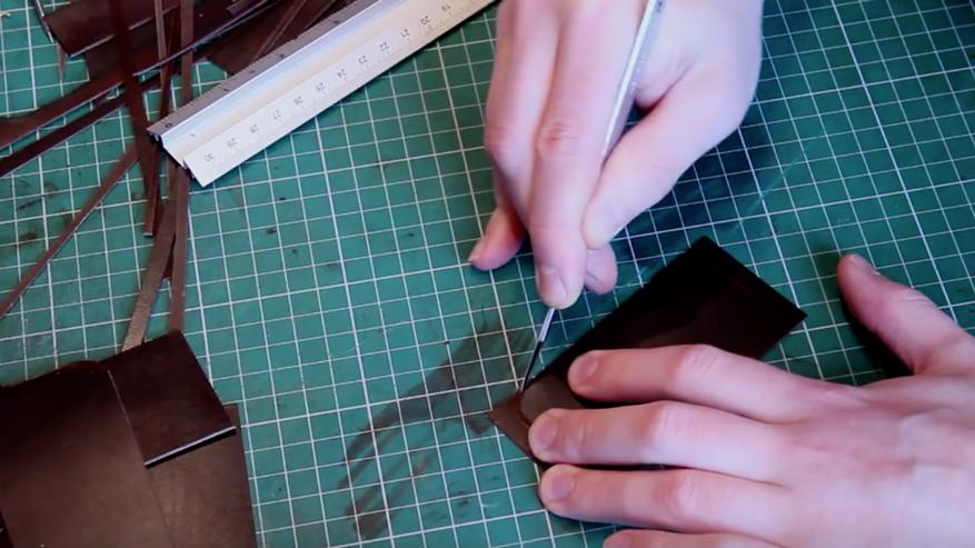 Dùng dao dọc giấy cắt chi tiết da
