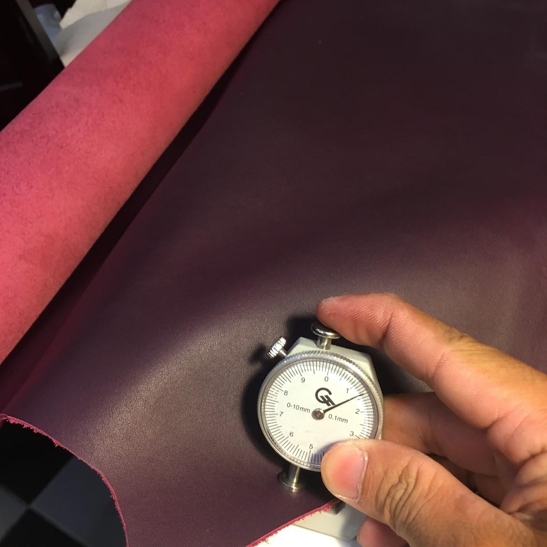 Da bò màu tím đậm rất hợp với túi xách ví nữ
