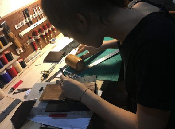 Trải nghiệm làm ví da túi da bò handmade ở Hà Nội