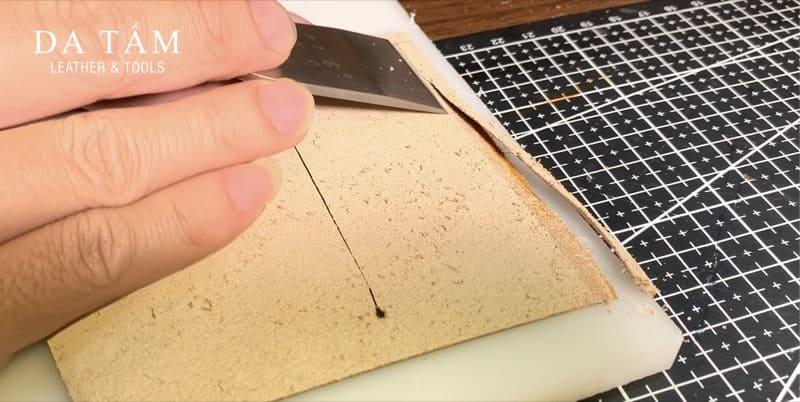 Lạng mỏng mép da bằng dao lạng chuôi gỗ