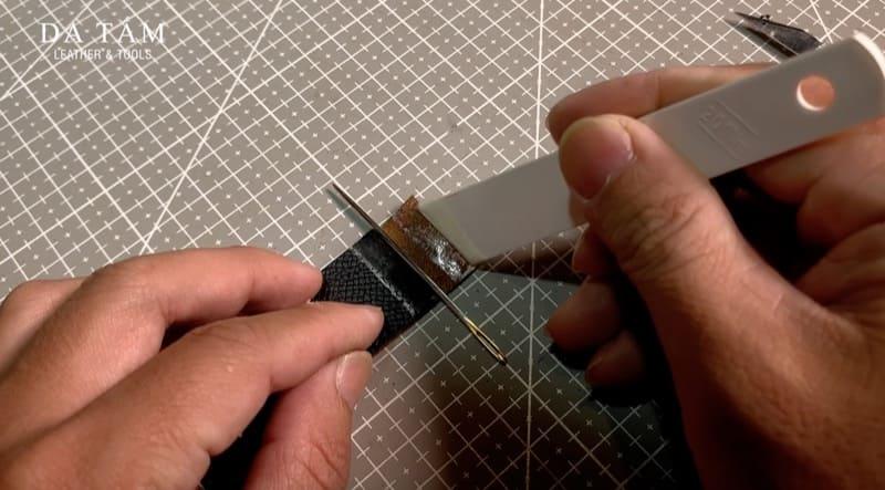 sử dụng kim để cố định vị trí chốt khoá